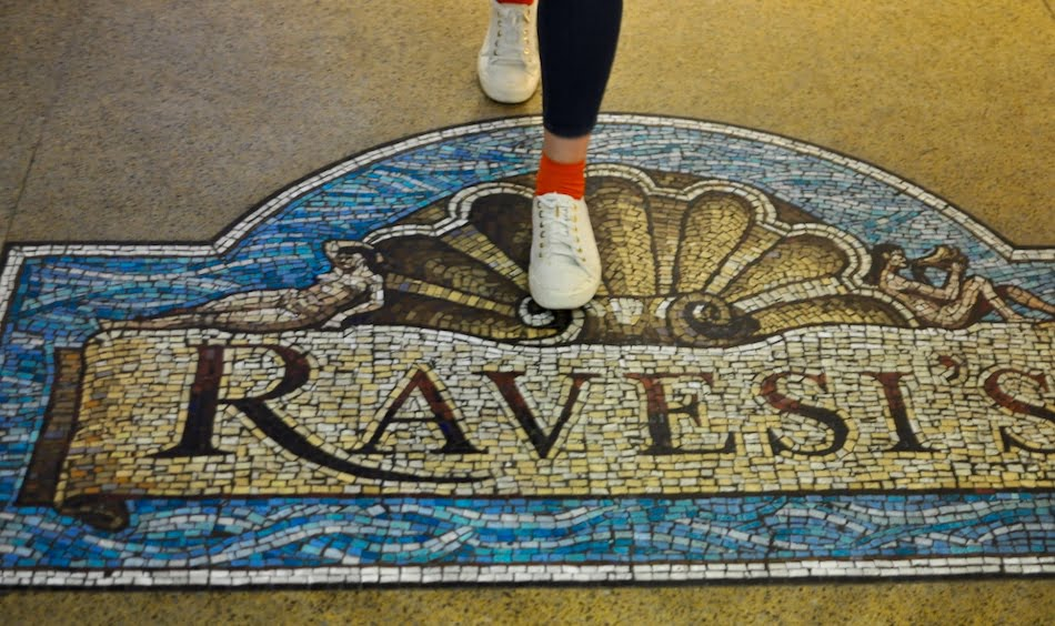 Hotel Ravesis pavement sign